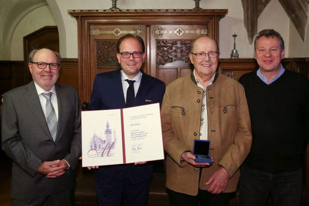 Buergermeister Pretzl und Otto Berg mit den Mitstreitern Ludwig Gunkel links und Wilfried Dormann rechts